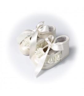 Zapato nacarado beige con puntilla para bebé de Leon Shoes