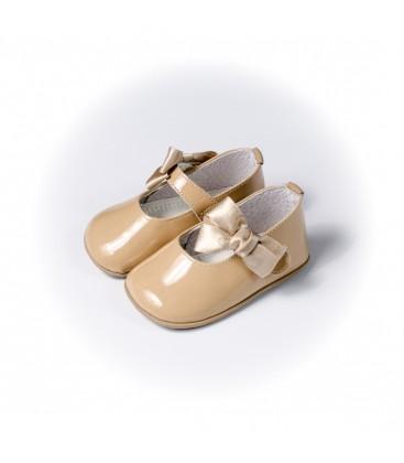 Merceditas para bebé con lazo en charol cámel de Leon Shoes