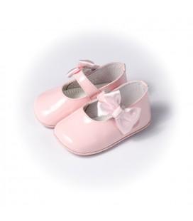 Merceditas para bebé con lazo en charol rosa de Leon Shoes