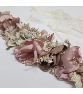 Juana Sánchez - Tira flores primera comunión rosa cámel