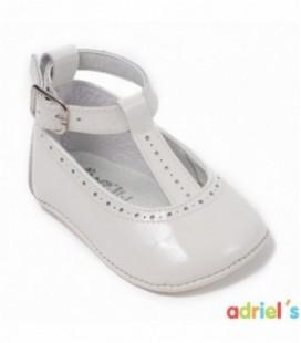 Merceditas de charol beige para bebé de León Shoes