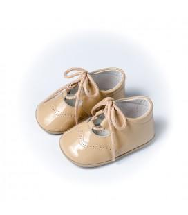 Zapato inglés charol cámel para bebé de Leon Shoes