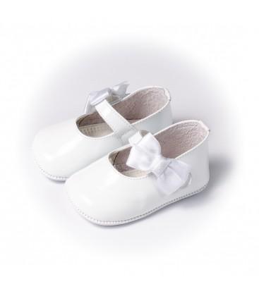 Merceditas para bebé con lazo en charol blanco de Leon Shoes